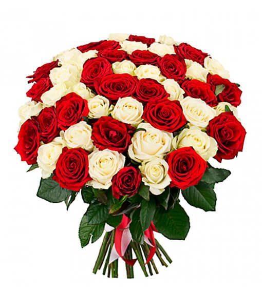 Baltai raudonu roziu puokšte