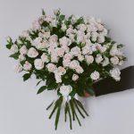 Kreminių krūminių rožių puokštė